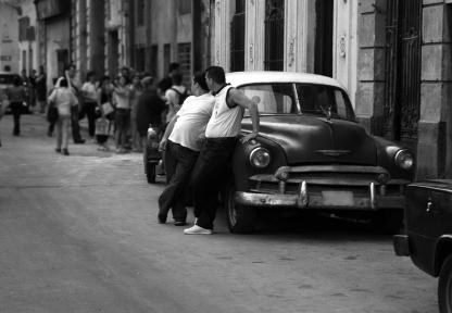 AÑOS 50: Los turistas están encantados con la estética de los coches antiguos, pero la situación económica no permite que la gente compre coches nuevos y la gasolina está racionada. Foto: Istock
