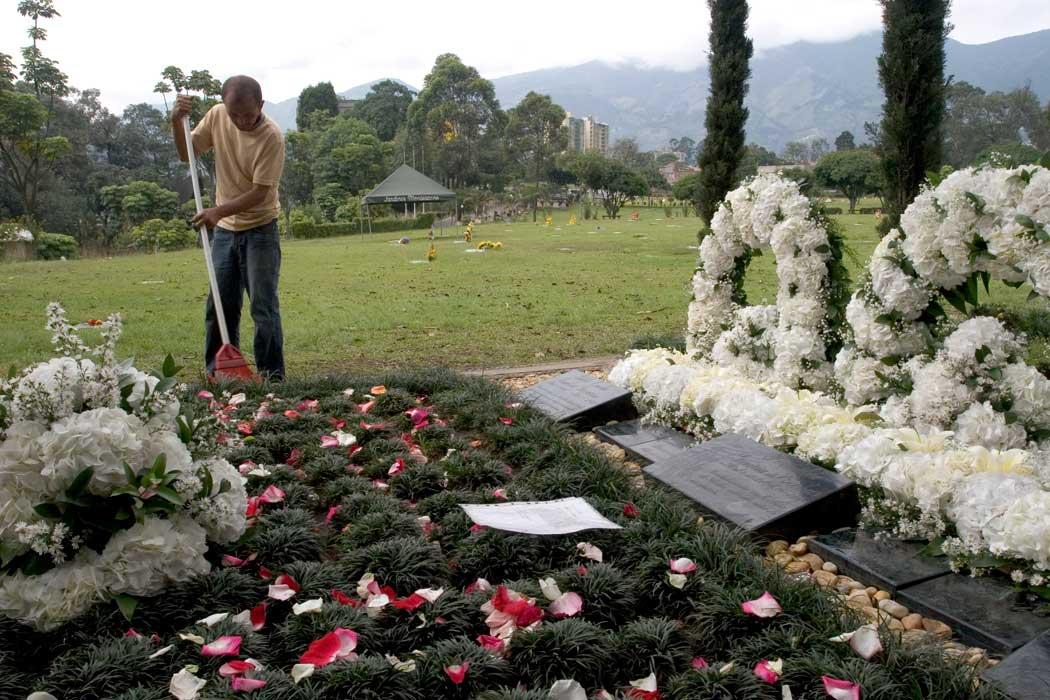 Pablo Esocbars gravplass i Medellín er den største og mest velholdte. Noen har lagt et brev på graven hans. Foto: Jota Palacios