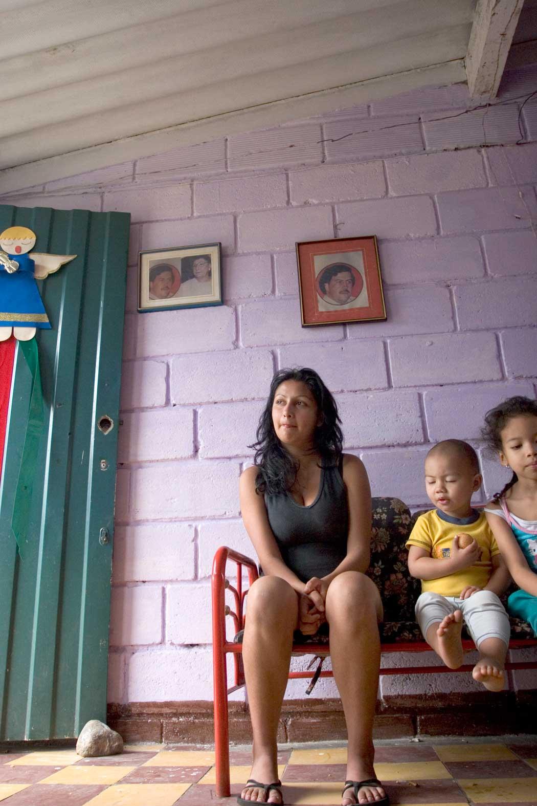 COLOMBIA: Mange av Medellíns innbyggere er fortsatt glade i Pablo Escobar for alt han gjorde for de byens fattige. Blant dem er Sara (21) og hennes foreldre som bor i huset de fikk av ham. Foto: Jota Palacios