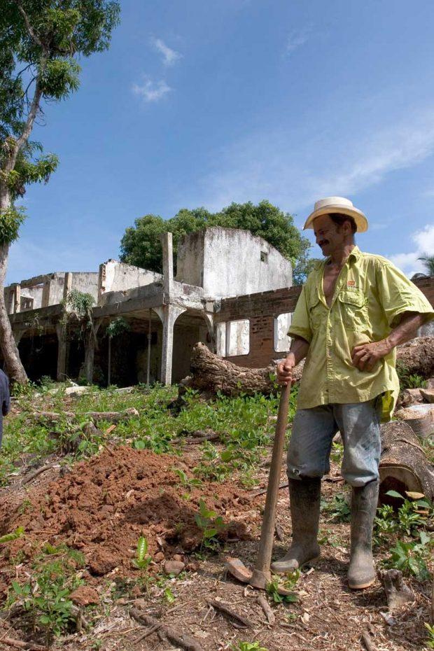 Hacienda Nápoles utenfor Medellín ble overtatt av myndighetene som har gitt eiendommen videre til ubemidlede. De leter fortsatt etter penger i jorda. Foto: Jota Palacios